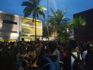 Centenas de pessoas se reúnem em ato em defesa da UFJF