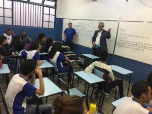 Alunos e professores da Escola Estadual Santos Dumont denunciam os problemas da fusão de turmas à comissão de Educação da ALMG