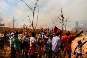 Moradores do Quilombo Campo Grande sofrem novos ataques e resistem há mais de 40 horas; atos reforçam protestos em Minas